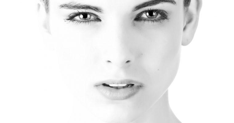 Podkrążone oczy i spuchnięte powieki – najlepsze zabiegi