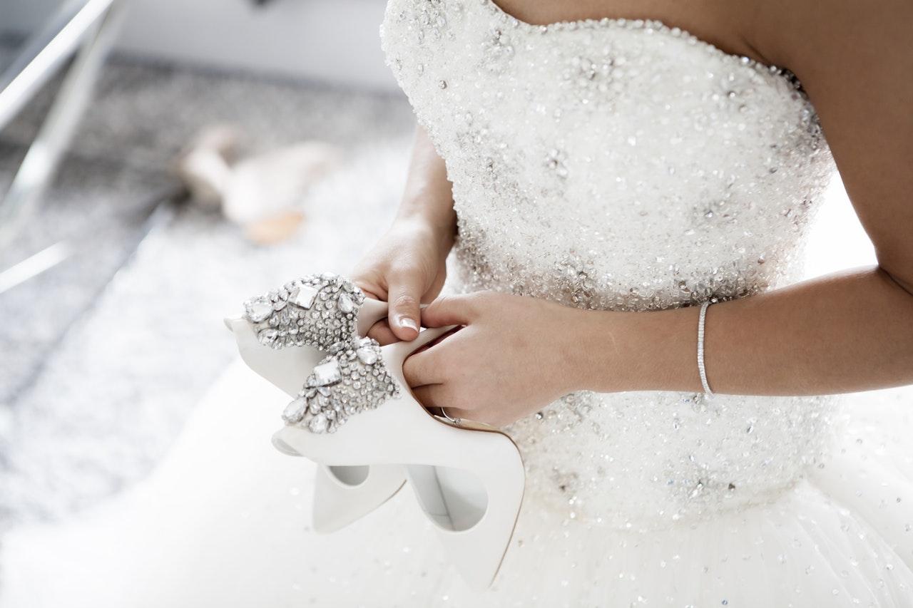 Dobieranie biżuterii do dekoltu w sukni ślubnej